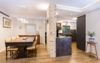 עיצוב דירה יוקרתית בכפר סבא, הכניסה למטבח מכיוון הסלון, ענבל קרקו, עיצוב פנים ופנג שואי