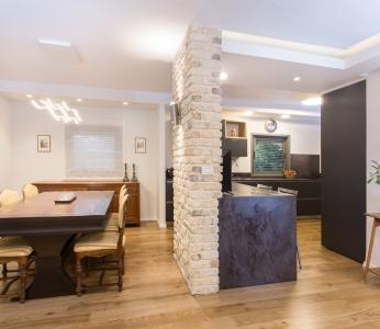 עיצוב בית סגנון אקלקטי, הכניסה למטבח מכיוון הסלון, ענבל קרקו, עיצוב פנים ופנג שואי
