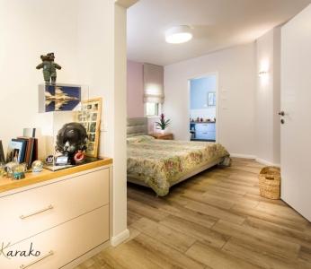 עיצוב בית צבעוני,מבט מתוך חדר הזיכרון אל חדר ההורים,ענבל קרקו עיצוב פנים ופנג שואי