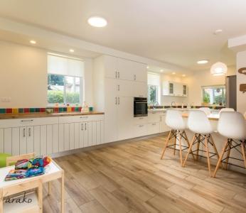 עיצוב בית צבעוני,מטבח לבן אך צבעוני,ענבל קרקו עיצוב פנים ופנג שואי