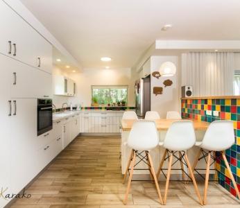 עיצוב בית צבעוני,מבט נוסף על המטבח החדש,מבט נוסף על הסלון והמטבח החדשים, ענבל קרקו עיצוב פנים ופנג שואי