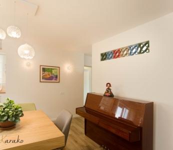 עיצוב בית צבעוני,קיר עם משרביות צבעוניות,ענבל קרקו עיצוב פנים ופנג שואי