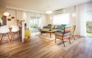 עיצוב פנים צבעוני, מבט אל הסלון והמטבח, ענבל קרקו עיצוב פנים ופנג שואי
