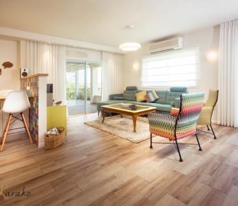 עיצוב בית צבעוני,מבט אל הסלון והמטבח,ענבל קרקו עיצוב פנים ופנג שואי