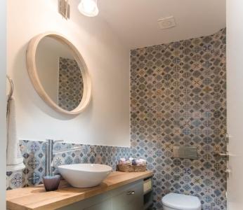 עיצוב בית צבעוני,שירותי האורחים בסגנון כפרי צבעוני,ענבל קרקו עיצוב פנים ופנג שואי