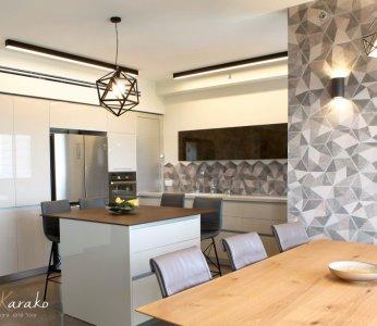 עיצוב בית מודרני לבני 60 +, המטבח מזוית אחרת, ענבל קרקו, עיצוב פנים ופנג שואי
