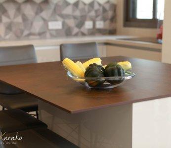 עיצוב בית לבני 60 +, משטח הלמינם על האי במטבח, ענבל קרקו, עיצוב פנים ופנג שואי