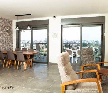 עיצוב בית מודרני לבני 60 +, פינת האוכל והסלון על רקע הנוף, ענבל קרקו, עיצוב פנים ופנג שואי