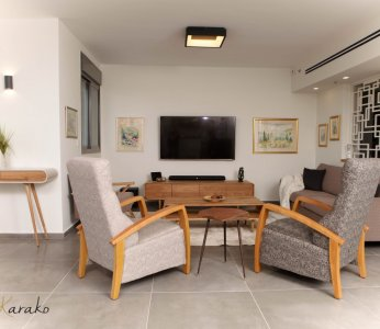 עיצוב בית לבני 60 +, מבט אל הסלון מכיוון המטבח, ענבל קרקו, עיצוב פנים ופנג שואי