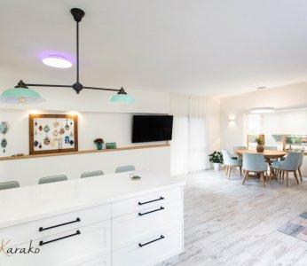 עיצוב בית על פי הפנג שואי, מראה מתוך המטבח על קיר הטלויזיה, ענבל קרקו עיצוב פנים ופנג שואי