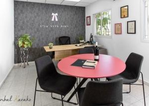 עיצוב משרד עורכי דין, החדר של רעות, שהוא גם חדר ישיבות,ענבל קרקו עיצוב פנים ופנג שואי