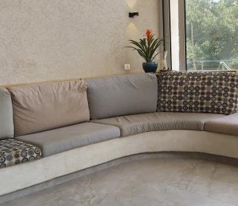 עיצוב וילה מודרנית בהרי ירושליים, בחירת בדים שקטה אך מעניינת לספה הבנויה בסלון, ענבל קרקו עיצוב פנים ופנג שואי