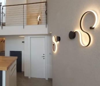 עיצוב וילה מודרנית בהרי ירושליים, תאורת קיר במבואת הכניסה, ענבל קרקו עיצוב פנים ופנג שואי
