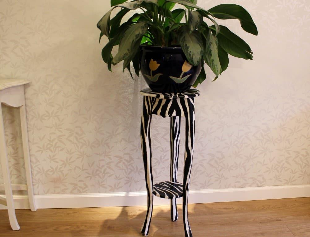 עיצוב הבית בזול, מעמד לעציצים שצבעתי בסגנון זברה, ענבל קרקו עיצוב פנים ופנג שואי