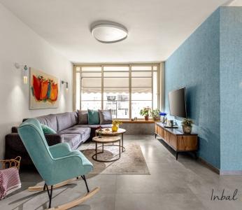 עיצוב דירה מודרני חם ברחובות,טפט טורקיז גם בסלון, ענבל קרקו עיצוב פנים ופנג שואי