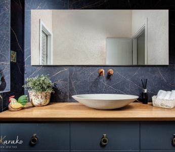 עיצוב דירה מודרני חם ברחובות, שילוב של שחור ועץ במקלחת, ענבל קרקו עיצוב פנים ופנג שואי