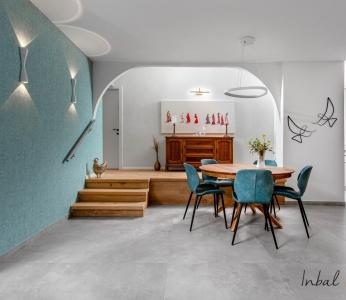 עיצוב דירה מודרני חם ברחובות, פינת האוכל וקיר טפט טורקיז, ענבל קרקו עיצוב פנים ופנג שואי
