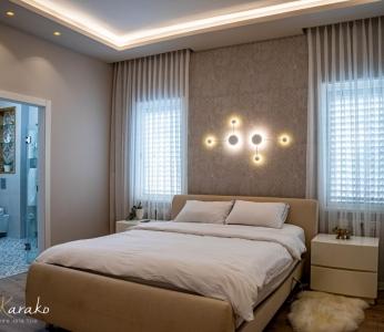 עיצוב פנים יוקרתי במרכז, מבט נוסף על קיר ראש מיטה, ענבל קרקו עיצוב פנים ופנג שואי