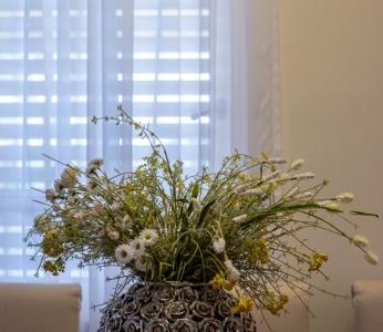 עיצוב פנים יוקרתי במרכז, כד פרחים בפינת האוכל, ענבל קרקו עיצוב פנים ופנג שואי
